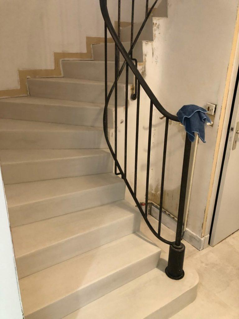 Escalier rénové en béton ciré
